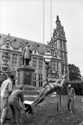 Lola Lasurt, Monument a Ferrer i Guàrdia - 25 fotos, 2014. Retirada temporal del monument per a la realització de la còpia de l'escultura per a Barcelona. 1990.