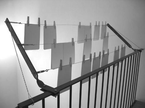 Isabel Banal. s.t., 2004. Instal·lació de mides variables a la llibreria Pròleg (Barcelona) en l'exposició de La Col·lecció La Relació, DUODA.