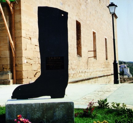 """La bota de """"Contra l'oblit, som!"""" de Joan Brossa (Corbera d'Ebre, 1988)"""